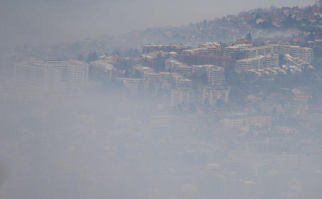V zimskih dneh ovije Sarajevo koprena, skozi katero ne prodrejo sončni žarki, pa tudi na bližnja pobočja se ne vidi. Fotografiji Reuters