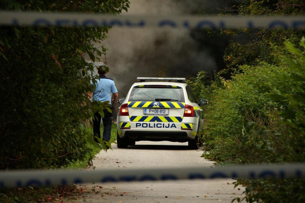 Med hišno preiskavo je grozil policistu