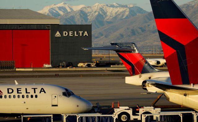»Kmalu po začetku leta 89 z losangeleškega letališča LAX, namenjenega v Šanghaj, je prišlo do težave z motorjem, zaradi česar se je moralo letalo hitro vrniti,« je v izjavi povedal predstavnik Delte<strong> </strong>Adrian Gee. FOTO: Mike Blake/Reuters