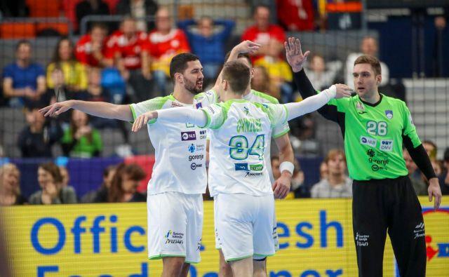 Slovenci so proti Švici pokazali, da imajo dolgo klop, med strelce sta se prvič vpisala Mario Šoštarič in Rok Ovniček ter prejela čestitke vratarja Klemna Ferlina. Foto AFP