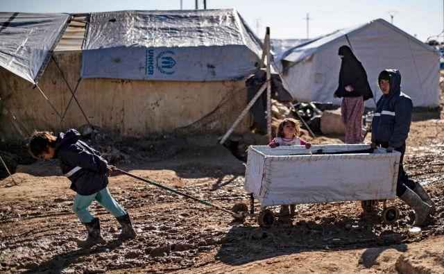 Dečki se igrajo v blatu v kurdskem taboru al-Hol na severovzhodu Sirije, kjer se nahajajo družine tujih borcev Islamske države. Kurdske oblasti so opozorile, da bo glasovanje OZN za razrešitev vhodne točke Yaroubiyja za čezmejno pomoč okrnilo vsaj polovico odgovora na zdravstveno varstvo na območju, ki ga pustošijo bitke in bo posledično preprečilo dostop do 60 odstotkov zdravstvene pomoči do prenaseljenega puščavskega tabora, kjer je več deset tisoč civilistov. FOTO: Delil Souleiman/Afp<br />
