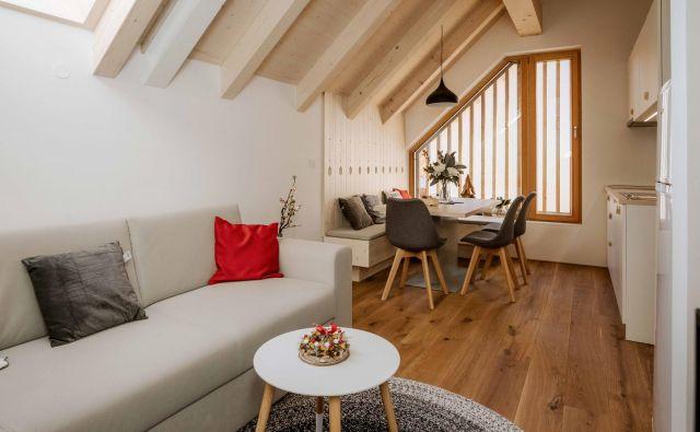 Naraven les in umirjene barve, vidni tramovi, izrezljani srčki so le nekateri detajli, ki zaznamujejo apartma, opremljen v alpskem slogu. Foto Tadej Mulej, Piqant