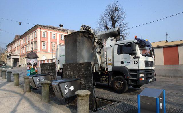 Po zgledu na podzemne zbiralnice odpadkov naj bi v večjih stanovanjskih naseljih kmalu dobili še nadzemne. FOTO: Blaž Samec/Delo