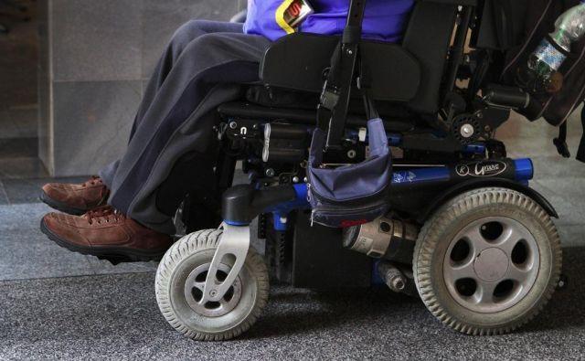 Uporabnika invalidskih vozičkov sta leta 2015 pred referendumom o družinskem zakoniku prosila Državno volilno komisijo za ureditev dostopnosti do njunih volišč pri referendumu in vseh prihodnjih volitvah. Državna volilna komisija, kasneje pa še upravno sodišče prosilcema nista ugodila. FOTO: Jože Suhadolnik/Delo