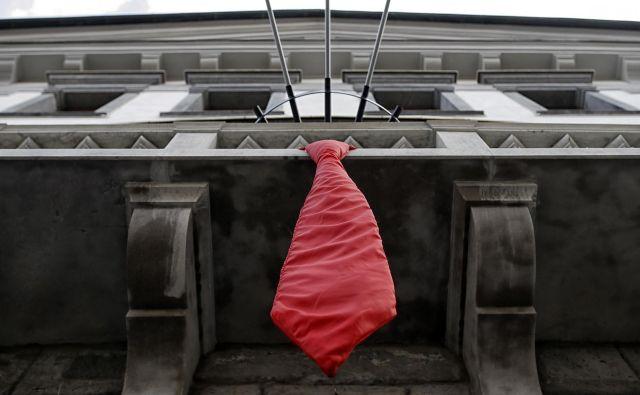 Do prihodnje srede si je v mestni hiši možno ogledati tudi razstavo z naslovom Zgodba o kravati. FOTO: Blaž Samec/Delo