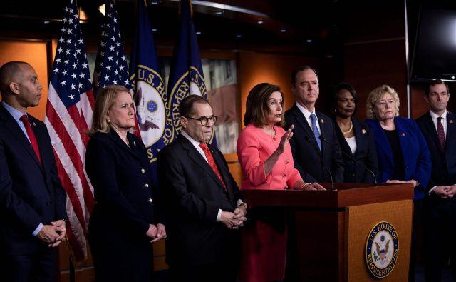 Demokratska predsednica predstavniškega doma Nancy Pelosi (v sredini) je več tednov zadrževala predajo obtožnice senatu. Foto: AFP
