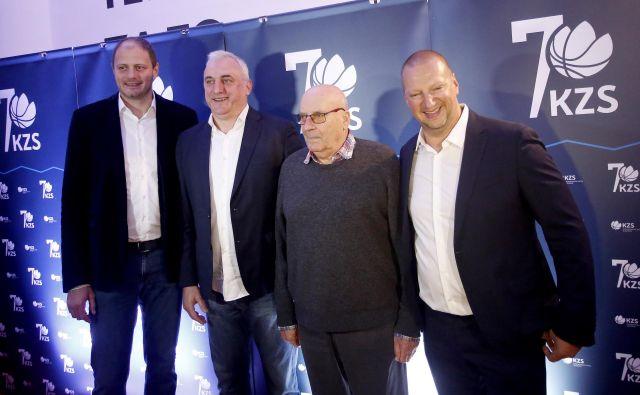 Predsednik KZS Matej Erjavec (desno) in generalni sekretar Rašo Nesterović (levo) sta pozdravila tudi legendarnega Iva Daneva in Saša Dončića. FOTO: Roman Šipić