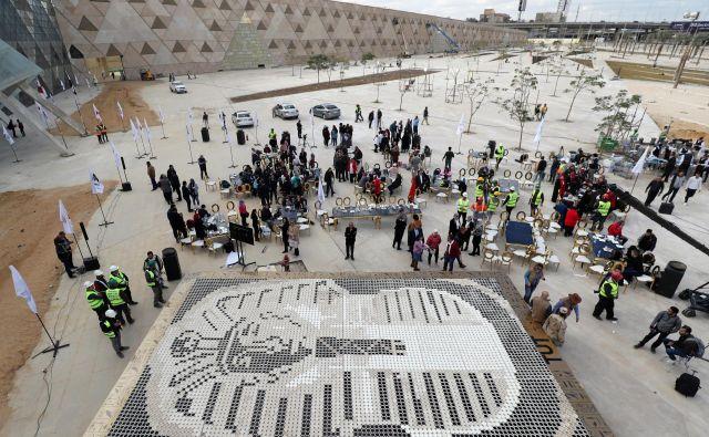 Še pred koncem lanskega leta so, da bi pritegnili pozornost, pred muzejem postavili Guinnessov rekod – Tutankamonovo posmrtno masko iz 7260 kavnih lončkov. Foto Reuters