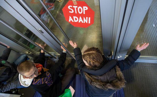 »Ustavite Adani!« so Siemensu sporočali protestniki, ki nasprotujejo novemu premogovniku v Avstraliji, kjer bi v 60 letih lahko pridobili 2,3 milijarde ton premoga. FOTO: AFP