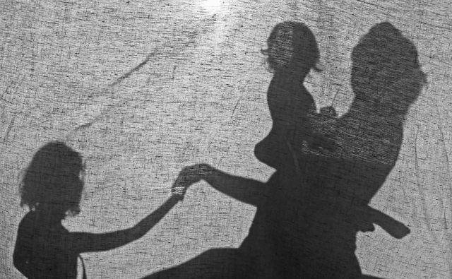 Zakon določa, da mora biti ženska v rodni dobi, pravila zavarovanja pa so tista, ki opredeljujejo konkretno starost. Foto Tomi Lombar