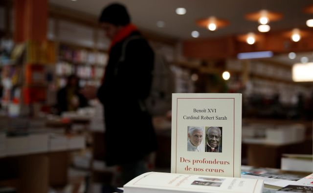 Nova knjiga kardinala Roberta Saraha z besedili upokojenega papeža Benedikta XVI, izdana v Franciji 15. januarja 2020. REUTERS/Gonzalo Fuentes