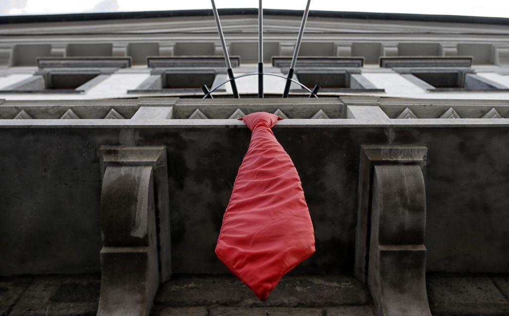 FOTO:Ob začetku hrvaškega predsedovanja Svetu EU na magistratu izobesili rdečo kravato