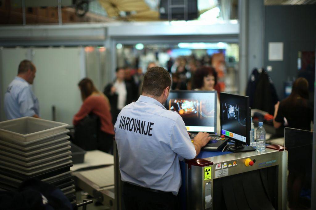 Na letalo, hkrati pa pod nadzor in v analizo policije