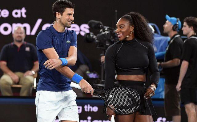 Serena Williams je s še nekaterimi največjimi teniškimi zvezdniki (na fotografiji Novak Đoković) odigrala v Melbournu ekshibicijski dvoboj, s katerim so za žrtve uničujočih požarov zbrali več kot štiri milijone avstralskih dolarjev. FOTO: AFP
