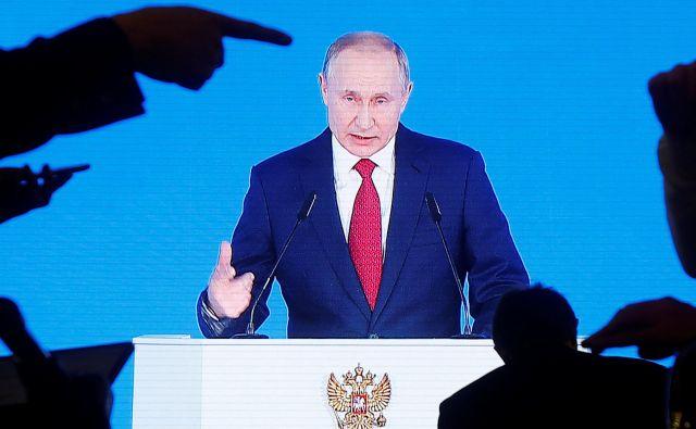 Po tem, ko je ruski voditelj Vladimir Putin napovedal ustavne spremembe, je odstopila vlada Dmitrija Medvedjeva. FOTO: Maxim Shemetov/Reuters
