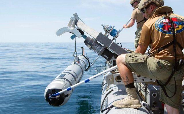 Ameriška mornarica je lani za razvoj in izdelavo podvodnih dronov podpisala pogodbo v višini 800 milijonov dolarjev. Podobni droni verjetno krožijo po morju pred kitajsko obalo. FOTO: Charles Oki/us Navy