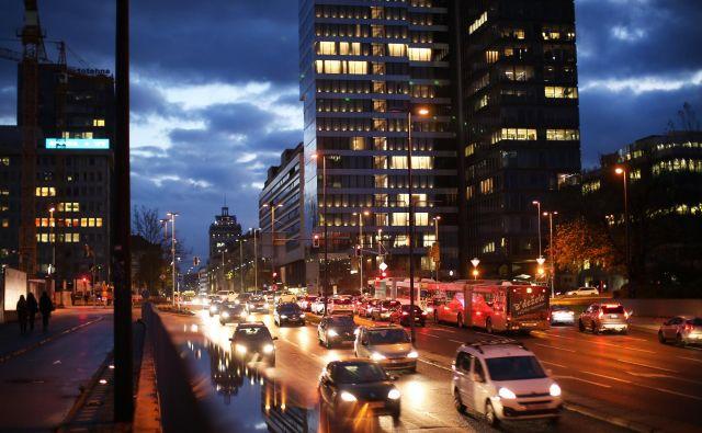Vse luči mesta tvorijo svetlobni otok, ki škoduje zdravju. FOTO: Jure Eržen/Delo
