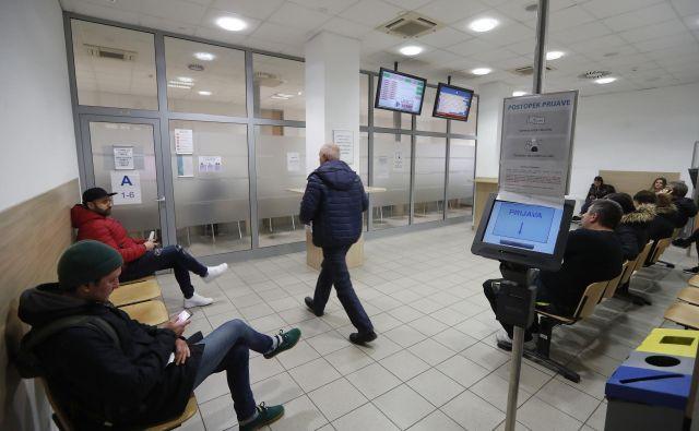 Prostori na Tobačni bodo kmalu prijaznejši do strank, saj bodo uvedli enotni sistem dela za okenci. Foto Leon Vidic