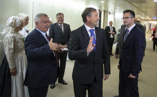 Če bo Erjavec obstal, bo predsedniku vlade Marjanu Šarcu gotovo izstavil račin. Kako visok, ve samo on. Če predsedniško bitko izgubi, je možna njegova politična upokojitev. FOTO: Voranc Vogel/Delo