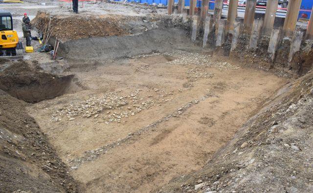 Rimska cesta v Litiji je bila v drugem stoletju zgrajena iz prodnikov in široka vsaj šest metrov. FOTO: Blaž Pižmoh