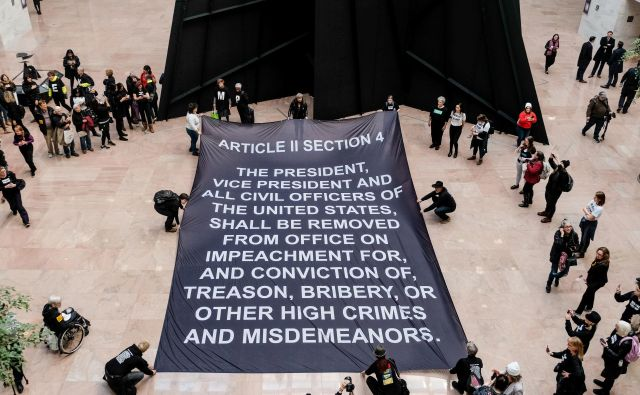 Protest v zgradbi ameriškega senata na Capitol Hillu v Washingtonu, na katerem pozivajo k odstranitvi predsednika Donalda Trumpa. FOTO: Michael Mccoy/Reuters