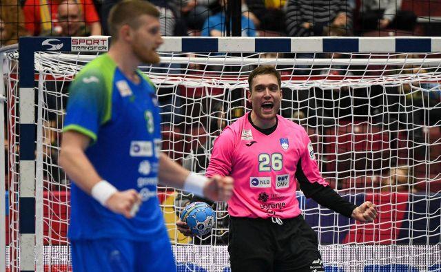 Klemen Ferlin (zadaj) verjame, da bo včerajšnji slavljenec Blaž Blagotinšek (dopolnil je 26 let) znal zaustaviti tekmeca na črti Benceja Banhidija. FOTO: AFP