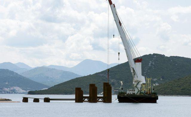 Kitajska državna korporacija CRBC na Hrvaškem gradi v 85 odstotkih evropsko sofinanciran most na Pelješac. Kitajska ponudba je bila kar 72 milijonov evrov cenejša od drugega najcenejšega avstrijskega Strabaga. Foto Denis Jerković/Cropix Cropix