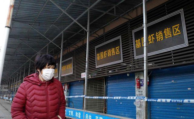 Kitajske pristojne službe so wuhansko veletržnico zaradi suma, da je bila okužena z neznanim koronavirusom, 1. januarja zaprle in razkužile. FOTO: Noel Celis/AFP