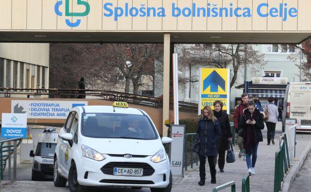 Splošna bolnišnica Celje mora po odločbi Urada RS za nadzor proračuna vrniti dobrih 900.000 evrov, kar jih bo pahnilo v še bolj rdeče številke. FOTO: Tomi Lombar/Delo