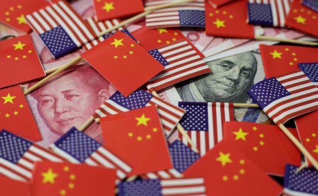 »Prvo fazo« dogovora med državama lahko beremo tudi kot Trumpovo obljubo Xiju, da ne bo posegal v njegovo sedanjo gospodarsko ureditev. FOTO: Reuters