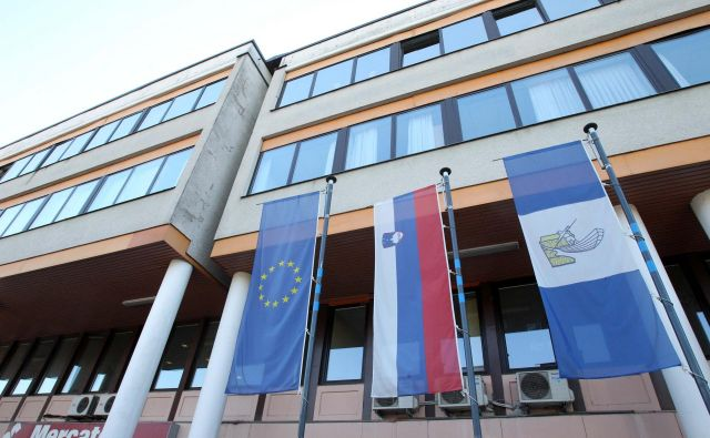 Uradniki upravne enote se še ne bodo preselili v prvo nadstropje litijske občinske zgradbe. FOTO: Igor Mali/Delo