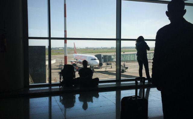 V Sloveniji se je v letih med 2012 in 2018 število letalskih potnikov povečalo za 55 odstotkov, novembra lani pa se je zaradi stečaja Adrie zmanjšalo za skoraj tretjino glede na november leta 2018. FOTO: Jure Eržen