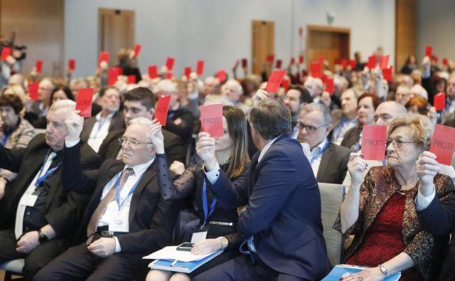Na današnjem kongresu Desusa, na katerem se bosta za vodenje stranke v prihodnje pomerila Karl Erjavec in Aleksandra Pivec, bo, kot kaže, odločilen vsak glas. FOTO: Leon Vidic