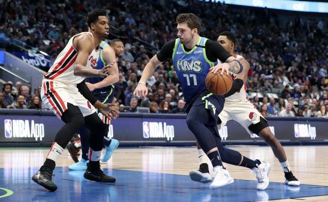 Luka Dončić je velika košarkarska in prodajna uspešnica v ligi NBA. FOTO: Reuters