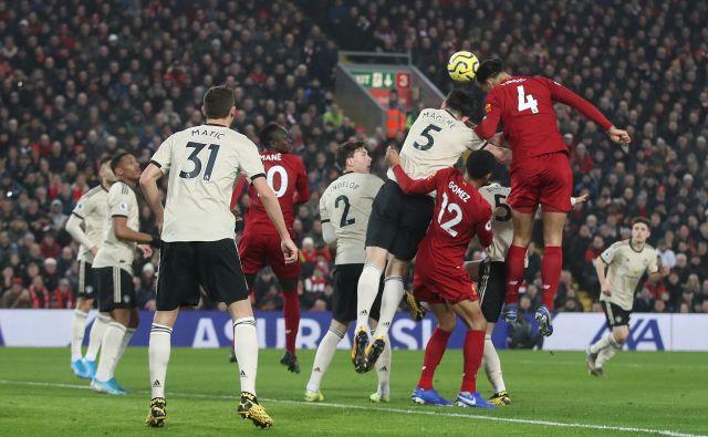 Virgil van Dijk je bil krepko najvišji v skoku in je v največjem angleškem derbiju zabil prvi gol, ki je Liverpool zapeljal proti 21. prvenstveni zmagi. FOTO: Reuters