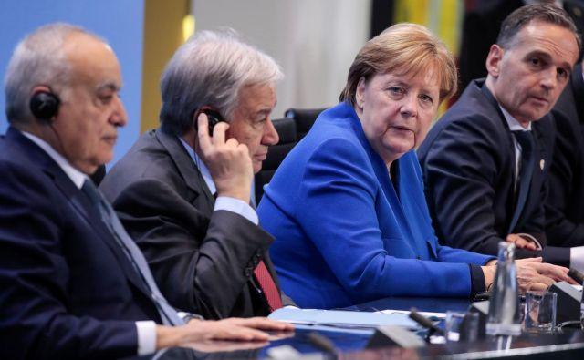 Turčija in Rusija, glavni zunanji protagonistki v libijski državljanski vojni, sta se po besedah kanclerke Angele Merkel zavezali, da bojujočih se strani ne bosta več oskrbovali z orožjem in vojaki. FOTO: AFP