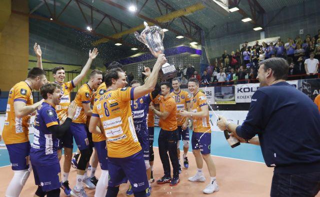 Oranžni zmaji so slavili dvanajsti slovenski pokal. FOTO: Leon Vidic/Delo
