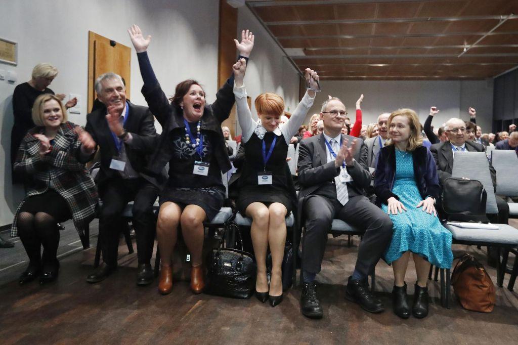FOTO:Erjavec poražen in napoveduje odstop kot minister, Pivčeva prepričljivo slavi