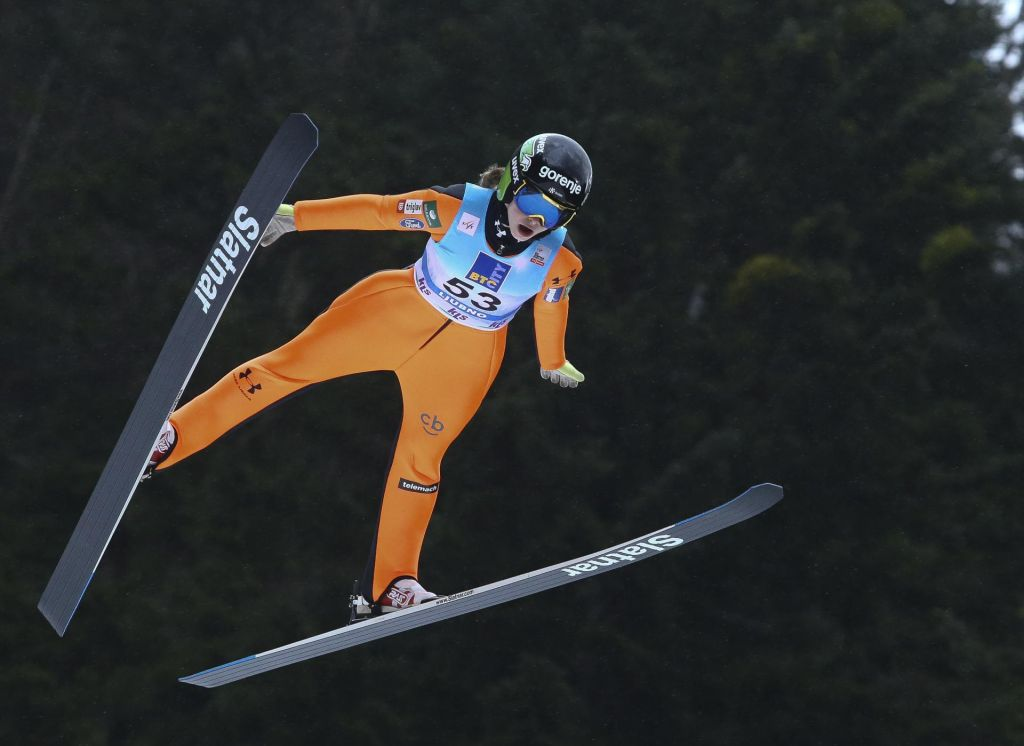 Slovenske skakalke pete na ekipni tekmi