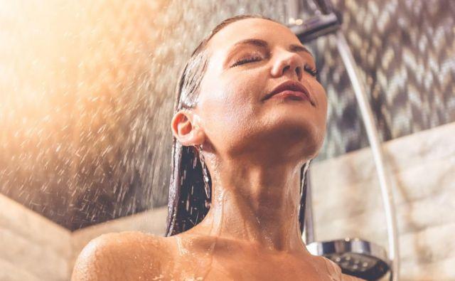 Pri laseh je priporočljivo, da po pranju nanje redno nanašate balzam in ga pustite delovati minuto, preden ga izperete. Foto: Shutterstock