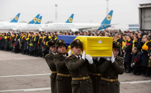 Ukrajinske žrtve tragičnega dogodka so danes prepeljali v domovino.FOTO: Afp