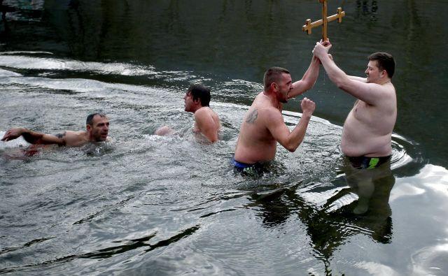 Prvi je v Savinji do križa tokrat priplaval Dejan Moćić. FOTO: Roman Šipić/Delo