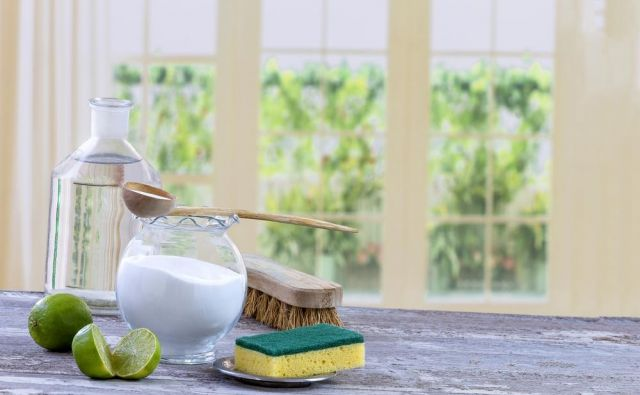 Soda bikarbona je odličen način, kako biti tudi med čiščenjem karseda prijazen do narave. FOTO: Shutterstock
