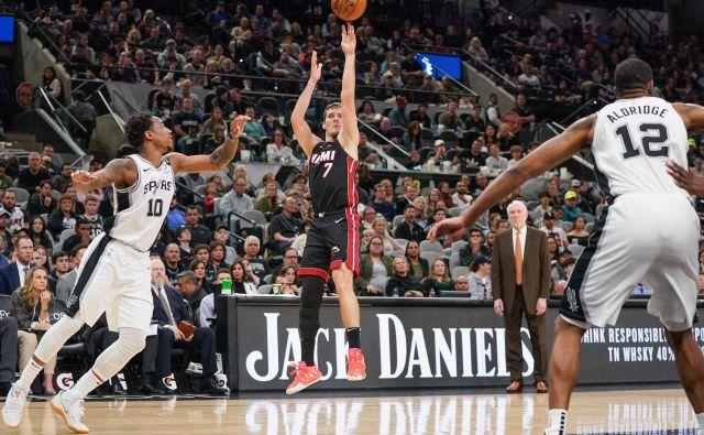 Goran Dragić (na sredini) je bil dobro razpoložen za igro v San Antoniu. FOTO: Usa Today Sports