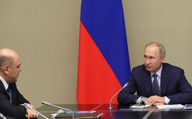 Ruski predsednik VladimirPutin (desno) in premierMikhail Mišustin. FOTO: Sputnik Via Reuters