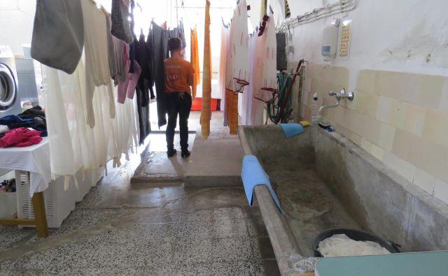 Kako dotrajani so prostori na Igu, kaže fotografija zaporniške pralnice perila. FOTO: Bojan Rajšek/Delo