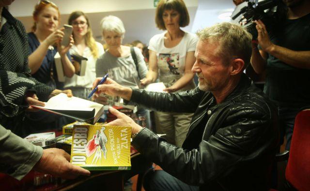 Ob obisku v Sloveniji je množično podpisoval svoje knjige.<br /> Foto Jure Eržen