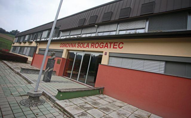 Osnovna �šola Rogatec ima hujše težave, kot je ta, da je nova ravnateljica takoj ob začetku ravnateljevanja izpred vhoda odstranila kip Edvarda Kardelja. Kot je povedala, je to storila zato, ker Kardelj v šolo ne sodi. FOTO: Tadej Regent/Delo