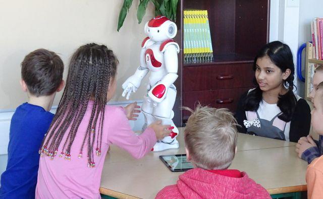 Robot v učilnici finske osnovne šole. Finski učenci za učenje porabijo bistveno manj časa od slovenskih, kljub temu pa dosegajo odlične rezultate. FOTO: Reuters