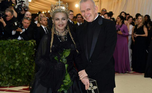 7. maja 2018 pozira skupaj z Madonno na Met Gala leta 2018 v Metropolitan Museum of Art v New Yorku. FOTO: Angela Weiss/Afp
